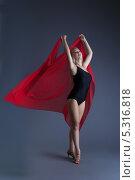 Купить «Изящная молодая девушка танцует с красным шифоном», фото № 5316818, снято 30 октября 2013 г. (c) Гурьянов Андрей / Фотобанк Лори