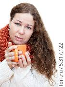 Купить «Замерзшая девушка с горячим чаем в чашке. Изолировано на белом фоне», фото № 5317122, снято 17 ноября 2013 г. (c) Кекяляйнен Андрей / Фотобанк Лори