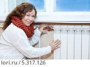 Купить «Молодая женщина возле подоконника с батареей центрального отопления», фото № 5317126, снято 17 ноября 2013 г. (c) Кекяляйнен Андрей / Фотобанк Лори