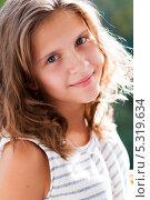 Купить «Портрет красивой девочки на улице», эксклюзивное фото № 5319634, снято 9 августа 2013 г. (c) Игорь Низов / Фотобанк Лори