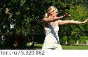 Купить «Pretty blonde woman doing tai chi in the park», видеоролик № 5320862, снято 15 октября 2019 г. (c) Wavebreak Media / Фотобанк Лори