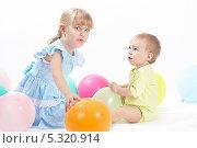 Купить «Двое детей с воздушными шариками на белом фоне», фото № 5320914, снято 4 ноября 2013 г. (c) Галина Михалишина / Фотобанк Лори