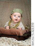 Купить «Улыбающийся малыш (3,5 мес) в кепке лежит на животе в ретро-чемодане», фото № 5323510, снято 22 ноября 2013 г. (c) Охотникова Екатерина *Фототуристы* / Фотобанк Лори