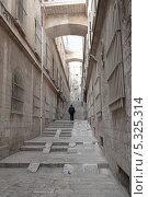 Купить «Узкая улица в городе Иерусалим. Израиль», фото № 5325314, снято 12 ноября 2013 г. (c) Александр Овчинников / Фотобанк Лори