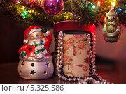 Снеговик около новогодней елки. Стоковое фото, фотограф Лукманов Виталий / Фотобанк Лори