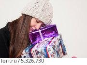 Купить «Мечтательная девочка в зимней шапке с подарками», фото № 5326730, снято 31 октября 2013 г. (c) Tamara Sushko / Фотобанк Лори