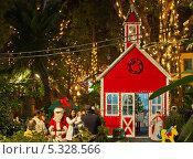 Купить «Новый Год на тропическом острове Мадейра. Счастливые семьи фотографируются с Сантой у сказочного домика», фото № 5328566, снято 23 декабря 2011 г. (c) Виктория Катьянова / Фотобанк Лори