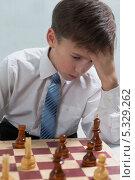 Купить «Юный шахматист обдумывает ход», фото № 5329262, снято 1 декабря 2013 г. (c) Николай Мухорин / Фотобанк Лори