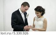 Жених и невеста обмениваются кольцами. Стоковое видео, видеограф Данил Руденко / Фотобанк Лори