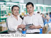 Менеджер и китайский рабочий на фабрике. Стоковое фото, фотограф Дмитрий Калиновский / Фотобанк Лори