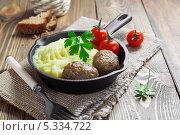 Купить «Котлеты с картофельным пюре в сковороде», фото № 5334722, снято 4 декабря 2013 г. (c) Надежда Мишкова / Фотобанк Лори