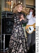 Купить «Певица Пелагея (Ханова Пелагея Сергеевна)», эксклюзивное фото № 5335802, снято 8 ноября 2013 г. (c) Андрей Дегтярёв / Фотобанк Лори