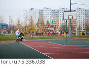 Купить «Молодая мама гуляет в парке в районе  Люблино», эксклюзивное фото № 5336038, снято 6 ноября 2013 г. (c) Родион Власов / Фотобанк Лори