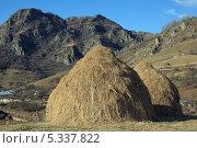 Купить «Два стога осенью в горах», фото № 5337822, снято 22 ноября 2013 г. (c) Игорь Веснинов / Фотобанк Лори