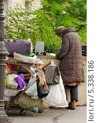 Бомж в Париже (2012 год). Редакционное фото, фотограф Супронёнок Игорь Владимирович / Фотобанк Лори