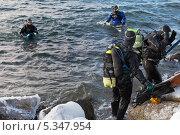Дайверы в декабре на Байкале (2013 год). Редакционное фото, фотограф Виктория Катьянова / Фотобанк Лори