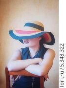 Купить «Девушка в черном платье и в шляпе на стуле», фото № 5348322, снято 5 августа 2013 г. (c) Светлана Голубкова / Фотобанк Лори