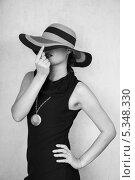 Купить «Девушка в черном платье и в шляпе», фото № 5348330, снято 5 августа 2013 г. (c) Светлана Голубкова / Фотобанк Лори