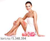 Купить «Скраб на женской ноге и розовые цветы. СПА процедуры на белом фоне», фото № 5348394, снято 12 ноября 2013 г. (c) Валуа Виталий / Фотобанк Лори