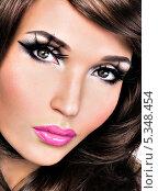 Купить «Девушка с ресницами-перьями и ярко-розовыми губами», фото № 5348454, снято 15 ноября 2013 г. (c) Валуа Виталий / Фотобанк Лори