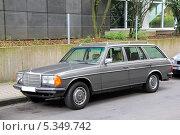 Купить «Автомобиль Mercedes-Benz S123 E-class», фото № 5349742, снято 15 сентября 2013 г. (c) Art Konovalov / Фотобанк Лори