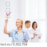 Купить «доктор ставит пометки в виртуальных ячейках», фото № 5352754, снято 17 октября 2013 г. (c) Syda Productions / Фотобанк Лори