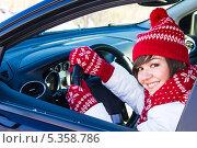 Купить «Девушка за рулем автомобиля зимой», фото № 5358786, снято 10 декабря 2013 г. (c) Руслан Митин / Фотобанк Лори