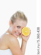 Купить «Woman holding slice of orange in front of eye», фото № 5360438, снято 18 сентября 2012 г. (c) Wavebreak Media / Фотобанк Лори