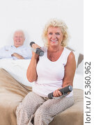 Old woman lifting weights. Стоковое фото, агентство Wavebreak Media / Фотобанк Лори