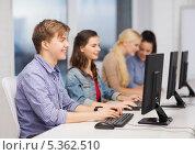 Купить «студенты работают в компьютерном классе», фото № 5362510, снято 2 ноября 2013 г. (c) Syda Productions / Фотобанк Лори