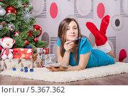 Купить «Девушка пишет письмо деду морозу, лежа у елки», фото № 5367362, снято 8 декабря 2013 г. (c) Иванов Алексей / Фотобанк Лори