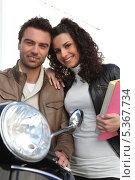Купить «счастливая пара с мотороллером», фото № 5367734, снято 17 марта 2010 г. (c) Phovoir Images / Фотобанк Лори