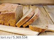 Купить «Ржаной домашний хлеб нарезанный на доске», фото № 5369534, снято 21 октября 2013 г. (c) Резеда Костылева / Фотобанк Лори