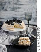 """Торт """"Павлова"""" - торт-безе со свежими ягодами. Стоковое фото, фотограф Ульяна Хорунжа / Фотобанк Лори"""