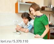 Молодая женщина сочувствует заболевшему мужу, измеряющему артериальное давление. Стоковое фото, фотограф Юлия Кузнецова / Фотобанк Лори