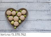 Миндальное печенье макарун с цветами на тарелке в форме сердца. Стоковое фото, фотограф Ульяна Хорунжа / Фотобанк Лори