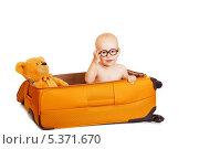 Маленький мальчик в очках сидит в чемодане с плюшевым медведем. Изолированно на белом. Стоковое фото, фотограф Rumo / Фотобанк Лори