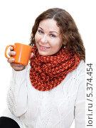 Женщина пьет чай из кружки, изолировано на белом фоне. Стоковое фото, фотограф Кекяляйнен Андрей / Фотобанк Лори
