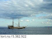 Купить «Парусное судно подходит к причалу в городе Ломоносов», фото № 5382922, снято 24 августа 2013 г. (c) Ольга Остроухова / Фотобанк Лори