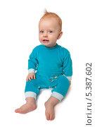 Портрет младенца в голубых ползунках на белом фоне. Стоковое фото, фотограф Александр Орлов / Фотобанк Лори