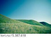 Зелёные холмы под синим небом. Стоковое фото, фотограф Александр Орлов / Фотобанк Лори