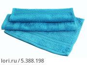 Стопка голубых махровых полотенец на белом фоне. Стоковое фото, фотограф Ирина Литвин / Фотобанк Лори