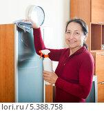Купить «Женщина проводит уборку пыли в комнате», фото № 5388758, снято 17 октября 2018 г. (c) Яков Филимонов / Фотобанк Лори