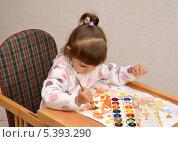 Купить «Двухлетняя девочка рисует акварельными красками», фото № 5393290, снято 27 ноября 2013 г. (c) Ирина Борсученко / Фотобанк Лори