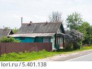 Купить «Деревенский дом около шоссе», эксклюзивное фото № 5401138, снято 24 мая 2013 г. (c) Алёшина Оксана / Фотобанк Лори