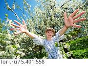 Купить «Счастливая девушка в цветущем парке весной», фото № 5401558, снято 2 мая 2012 г. (c) Дмитрий Калиновский / Фотобанк Лори