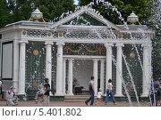 Петергоф - летний парк с фонтанами (2013 год). Редакционное фото, фотограф Ирина Кузнецова / Фотобанк Лори