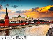 Купить «Кремлевская набережная. Большой Кремлевский Дворец (закат). Москва», фото № 5402698, снято 30 ноября 2013 г. (c) Екатерина Овсянникова / Фотобанк Лори