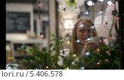 Купить «Девушка пьет чай в кафе», видеоролик № 5406578, снято 18 декабря 2013 г. (c) Данил Руденко / Фотобанк Лори