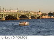 Прогулочное судно плывёт по Неве. Санкт-Петербург. Россия. Редакционное фото, фотограф Александр Гаврилов / Фотобанк Лори